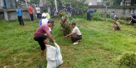 Bersama Warga, Bhabinksmtibmas Desa Ringdikit Bersihkan Tugu Pahlawan Kusuma Yuda Diwilayah Binaanya
